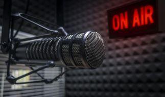 Die Radiolandschaft trauert um einen Rundfunk-Veteranen: Der britische Moderator Dom Busby ist tot (Symbolbild). (Foto)