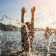 Ein 20-Jähriger starb nach einem Sprung in einen eiskalten See.