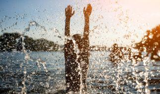 Ein 20-Jähriger starb nach einem Sprung in einen eiskalten See. (Foto)