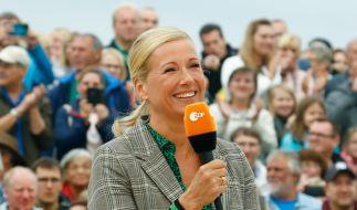 """Andrea Kiewel hat ihre Zuschauer am 13. Juni im """"ZDF Fernsehgarten"""" mit in den """"Schlagerhimmel"""" genommen. (Foto)"""
