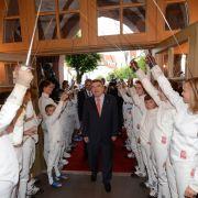 Thomas Bach wird als neugewählter IOC-Präsident 2013 mit einem Spalier aus Fechtern begrüßt.