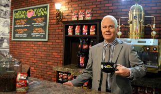"""Der US-amerikanische Schauspieler James Michael Tyler, der in der Serie Friends den Kellner Gunther des Cafés Central Perk spielte, steht hinter der Theke des """"Friends""""-Cafés in New York. (Foto)"""