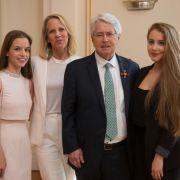 DAS sind seine schönen Töchter Lena und Enya (Foto)