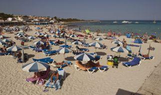 Auf der Urlaubsinsel Menorca ist ein britischer Tourist am Strand gestorben (Symbolbild). (Foto)