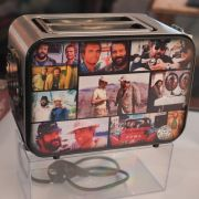 Ein Toaster, auf dem Fotos von einigen Szenen aus Bud Spencer und Terence Hill Filmen zu sehen sind, ist im Bud Spencer Museum ausgestellt.