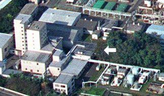 Das Archivbild vom 30.09.1999 zeigt die japanische Uranverarbeitungsanlage Tokaimura, 120 Kilometer nordöstlich von Tokio, am Tag des Atomunfalls. Die Stelle an der die radioaktive Strahlung ausstrat ist mit einem Pfeil gekennzeichnet. (Foto)