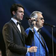 Andrea Bocelli steht gemeinsam mit seinem Sohn Matteo Bocelli auf der Bühne.