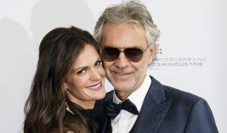 Andrea Bocelli kommt mit seiner Ehefrau Veronica Berti zum Echo Klassik 2016. (Foto)