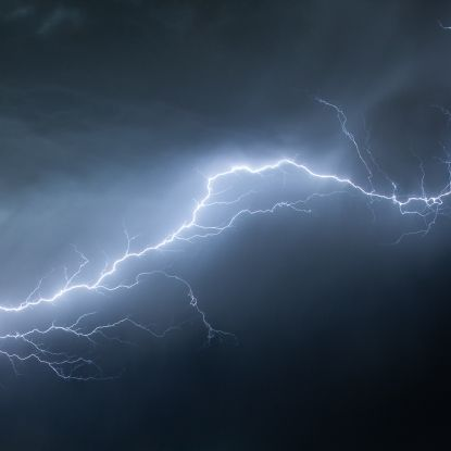 Schock-Moment gefilmt! Blitz kracht in Auto und frittiert Elektronik (Foto)