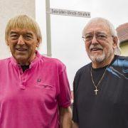Die Amigos Bernd Ulrich (l) und Bruder Karl-Heinz Ulrich (r)stehen nahe ihres Elternhauses im Hungener Stadtteil Villingen auf der Gebrüder-Ulrich-Straße, die nach ihnen benannt wurde.