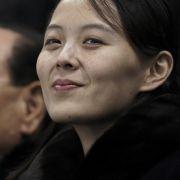 Kim Yo-jong, die Schwester von Kim Yong-un, sieht sich mit Kim Yong-nam,protokollarisches Staatsoberhaupt von Nordkorea, ein olympisches Hockeyspiel in Südkorea an.