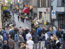 Polizisten ermitteln im Leidseplein im Zentrum von Amsterdam und befragen die Öffentlichkeit, nachdem ein Unbekannter auf den prominente Kriminalreporter Peter R. de Vries geschossen hat. (Foto)