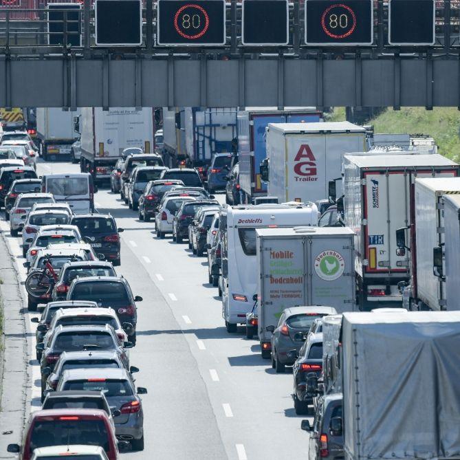 Verstopfte Autobahnen zumSommerferienstart - HIER drohen heute Staus (Foto)