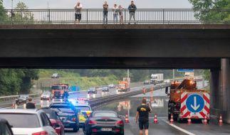 Heftige Regenfälle eines Gewitters haben im Ruhrgebiet die Autobahn 42 bei Herne überschwemmt. (Foto)
