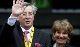 Jean-Claude Juncker winkt neben seiner Ehefrau Christiane vom Balkon des Aachener Rathauses 2006. (Foto)