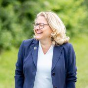 Svenja Schulze lacht bei einem Besuch auf einem landwirtschaftlichen Betrieb.