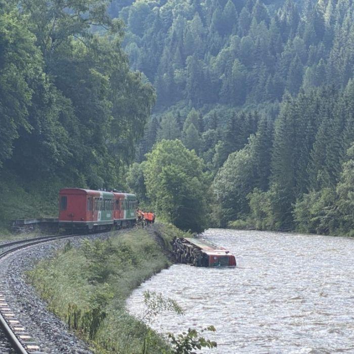 Murtalbahn entgleist, Waggon kracht in Fluss!15 Verletzte (Foto)