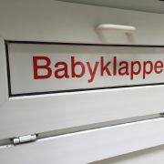 Neugeborenes tot vor Babyklappe gefunden (Foto)