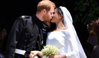 Seit Mai 2018 Mann und Frau: Prinz Harry und Meghan Markle besiegeln ihre Liebe mit einem Kuss. (Foto)