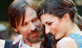 Viggo Mortensen und die britische Schauspielerin Daisy Bevan bei einer Filmpremiere. (Foto)