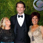 Bradley Cooper mit seiner Mutter Gloria Campano (l.) und seiner Schwester Holly Cooper.