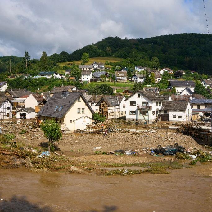 Kanzlerin Merkel informiert sich über Lage in Katastrophengebiet (Foto)
