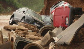 Aufräumen nach der Flutkatastrophe in Erftstadt: Autos liegen in einem ausgespültem Teil des Ortsteils Blessem. (Foto)