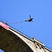 Junge Frau stirbt bei Bungee Jump: 45 Meter OHNE Seil in den Tod (Foto)