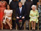 Da war die Welt noch in Ordnung: Queen Elizabeth II. nebst Enkelsohn Prinz Harry und dessen Frau Meghan Markle. Inzwischen sinnt das Königshaus nach der Trennung auf Rache. (Foto)