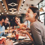 Bald Restaurants nur für Geimpfte? DAS sagt das Gesetz (Foto)