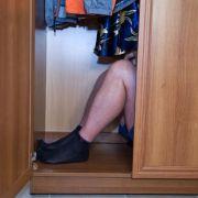Kinderschänder haust für Sex in Schrank von Teenagerin (15) (Foto)