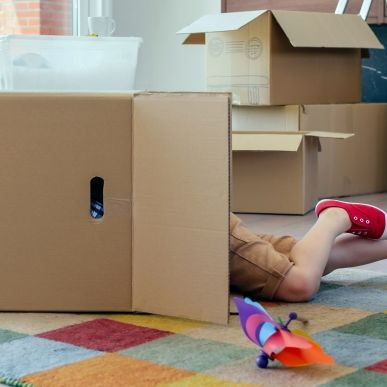 Oma meldet Enkel als vermisst - Kind liegt tot in Spielzeugbox (Foto)