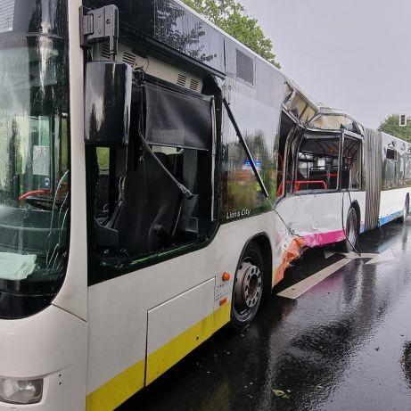 Lkw prallt in Linienbus! Passagierin (29) tödlich verletzt (Foto)