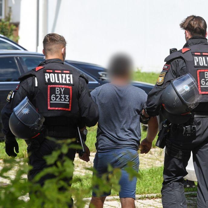 Mann (22) wegen Missbrauchsverdacht festgenommen - Großfamilie attackiert Polizei (Foto)