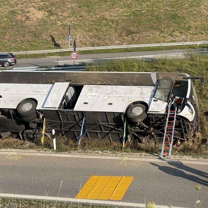 Reisebus kippt während Fahrt um - mehrere Verletzte auf A 93 (Foto)
