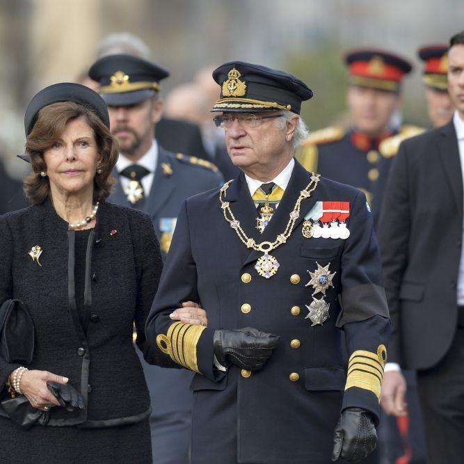 König Carl Gustaf: Todes-Schock! // Rentnern droht Beitrags-Hammer // Listerien-Alarm bei Rewe (Foto)