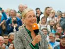 Andrea Kiewel feierte ihren Herbst-Fernsehgarten im rosa Bademantel. (Foto)