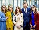 König Willem-Alexander der Niederlande und Königin Maxima stehen mit ihren Töchtern Prinzessin Ariane (r), Prinzessin Alexia (M) und Prinzessin Amalia (l) für ein Foto zusammen. (Foto)