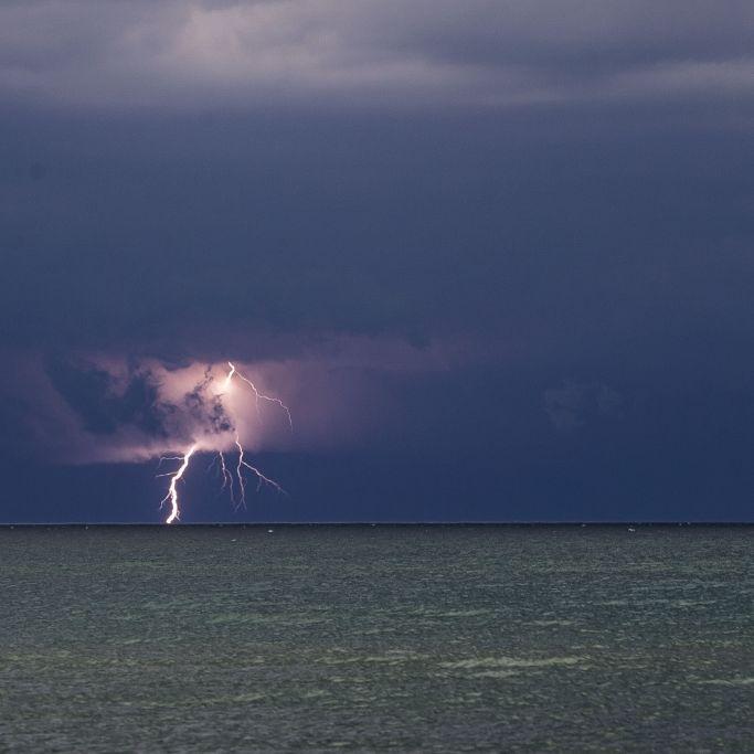 7 Menschen vom Blitz getroffen! Rettungsschwimmer tot, 6 Verletzte (Foto)