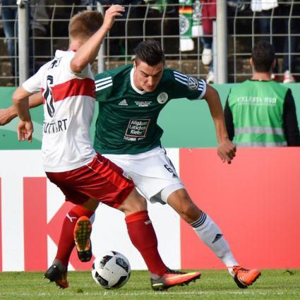 Tim Stegerer vom FC Homburg spielt gegen Jean Zimmer (l) vom VfB Stuttgart.