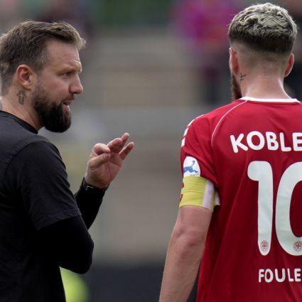 Trainer Heiner Backhaus spricht mit Quentin Fouley vom FC Rot-Weiß Koblenz e. V.