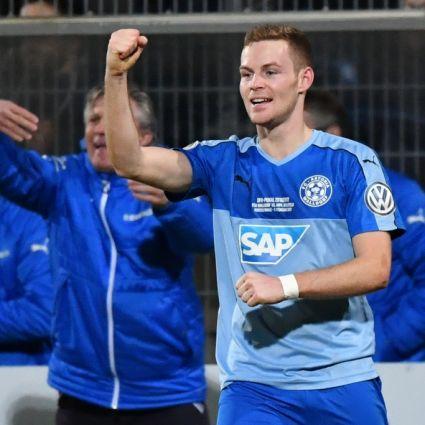 Marcel Carl vom FC-Astoria Walldorf jubelt über sein Tor.