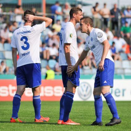 Die FK-03-Pirmasens-SpielerAlexander Heinze, Marco Steil und Christian Henn nach einem DFB-Pokalspiel.