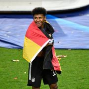 Karim Adeyemi feiert nach dem U21-Finale mit Deutschland-Fahne.