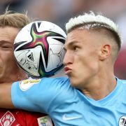Nico Schlotterbeck (r.) vom SC Freiburg kämpft mit Maximilian Breunig von den Würzburger Kickers um den Ball.