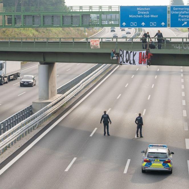 IAA-Gegner seilen sich von Brücke ab - mehrere Autobahnen gesperrt! (Foto)