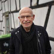 Günter Wallraff steht in Odenthal-Blecher (NRW) vor dem Fachwerkhaus, in dem er als kleiner Junge bis 1946 wohnte.