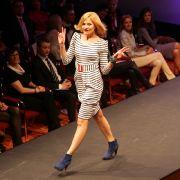 Sanna Englund läuft über den Laufsteg der Modenschau