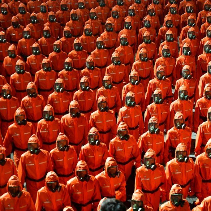 Militärparade in Gasmasken und Schutzanzügen! Was plant der Nordkorea-Diktator? (Foto)