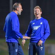 Hoffenheims Co-Trainer Pellegrino Matarazzo (l) und Hoffenheims Trainer Julian Nagelsmann lachen beim Training.